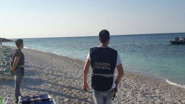 Il tratto di spiaggia antistante al luogo del ritrovamento della mina è stato presidiato dagli uomini della guardia costiera