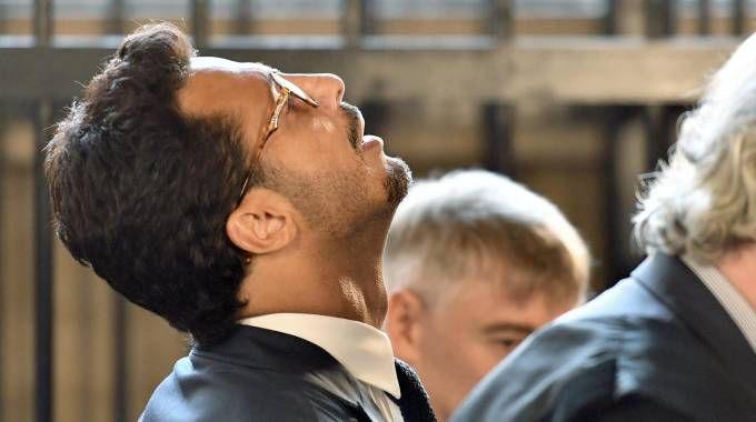 Fabrizio Corona esulta in tribunale dopo la sentenza