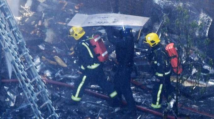 Incendio a Londra, soccorritori in azione (Ansa)