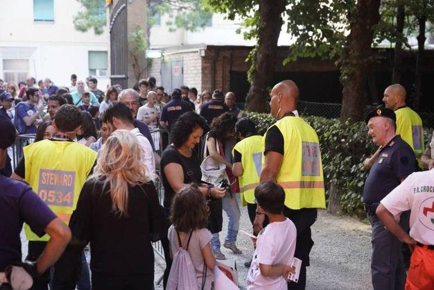 Tutti in fila per il concerto (Foto Zeppilli)