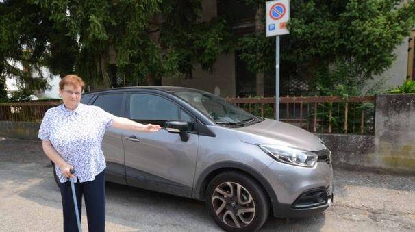 Enza Roversi, 70 anni di Ceregnano, è una delle tante persone che si lamentano per la mancaza di senso civico di qualche cittadino. Ecco la signora accanto ad un'auto senza permesso parcheggiata in un posto riservato ai disabili