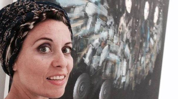 Francesca Candito, 41 anni, davanti a una delle sue opere