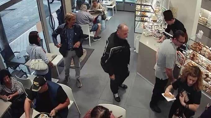 Matteo Cagnoni e Giulia Ballestri, lei con la borsetta, al bar la mattina in cui fu uccisa
