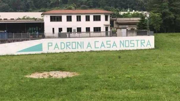 E' tornata la scritta sul pratone a Pontida (Foto Facebook)