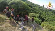 L'esercitazione dei vigili del fuoco in una zona impervia del comune di Assisi (Perugia)