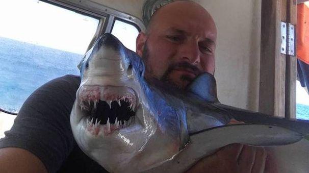 Andrea Brogi con lo squalo Mako pescato a inizio giugno alle Secche della Meloria