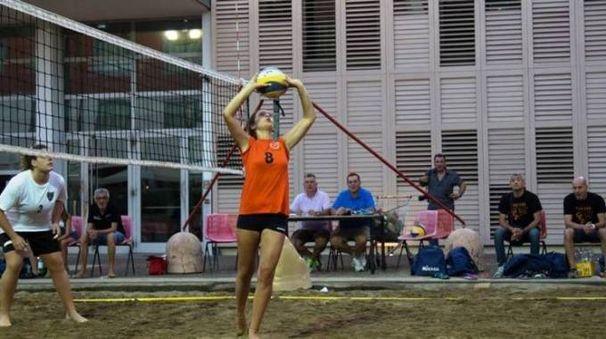 Una fase di gioco del torneo di beach volley quarratino