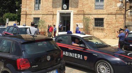 L'uscita degli arrestati dalla caserma dei carabinieri di Osimo