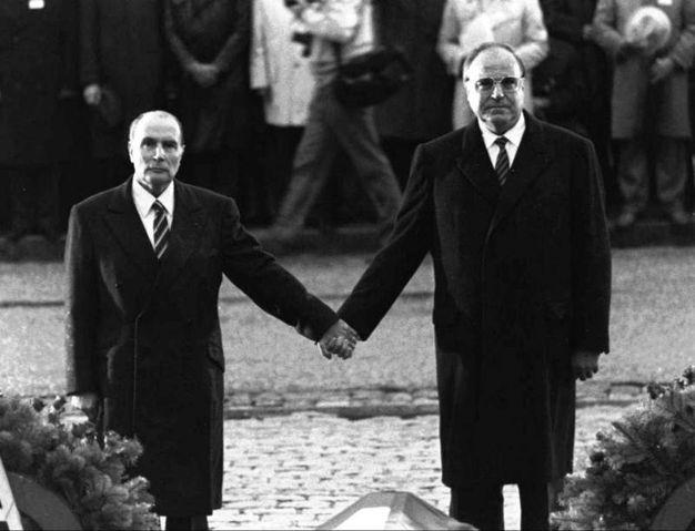 Foto storica con Francois Mitterrand e Helmut Kohl insieme al memoriare della battaglia di Verdun della Prima Guerra Mondiale (Ansa)