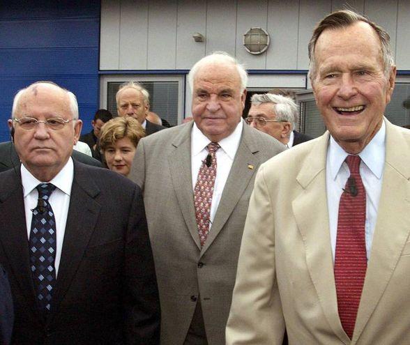 Mikhail Gorbaciov, Helmut Kohl e George Bush (Ansa)