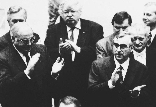 Il cancelliere tedesco  Helmut Kohl e il ministro delle Finanze tedesco Theo Waigel a Maastricht per la sottoscrizione dell'omonimo trattato  (Ansa)il 7 febbraio 1992.