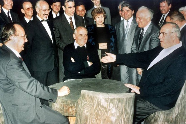 Helmut Kohl, Mikhail Gorbachev, il ministro degli Esteri Hans-Dietrich Genscher e il ministro degli esteri sovietico Eduard Shevardnadze. Dietro al centro della foto Raisa Gorbachova (Ansa)