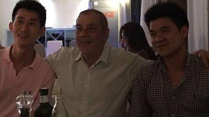 A sinistra Chen Yunlei, barista di Nonantola, al centro Antonio  Caliendo e a destra un amico; foto scattata in un ristorante