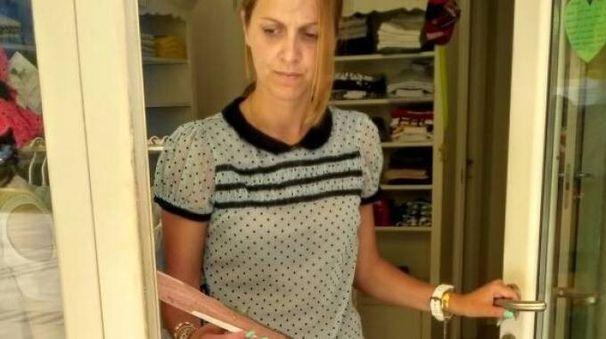 ESTERREFATTA Martina Donzella, proprietaria del negozio profanato, alla posta sfondata dai ladri per entrare nella struttura