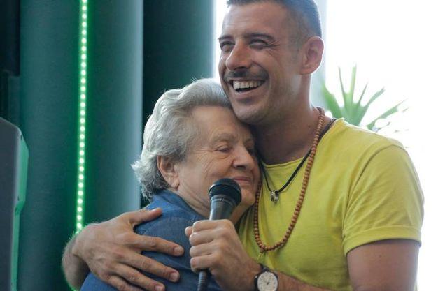 L'abbraccio di nonna Albertina a Gabbani