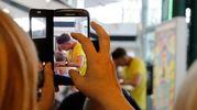 In alto gli smartphone per rubare una foto a Gabbani