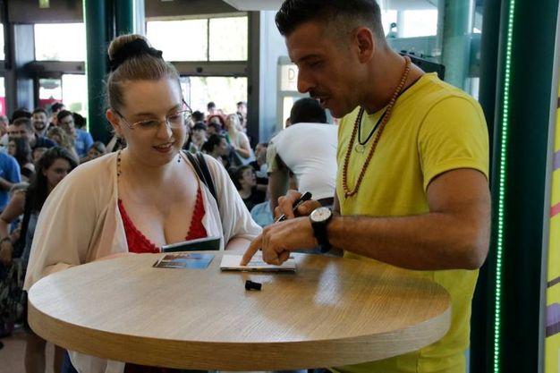 Per un autografo i fan arrivano da tutta la Regione