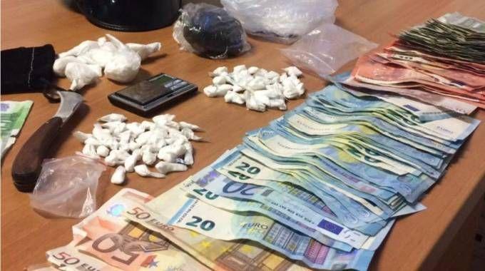 Droga, attrezzi e soldi sequestrati