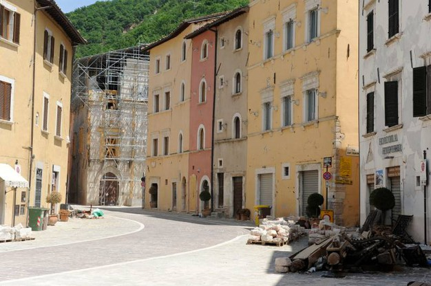Le impalcature montate dopo il terremoto (foto Calavita)