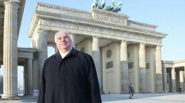 Helmut Kohl davanti alla Porta di Brandeburgo (Lapresse)
