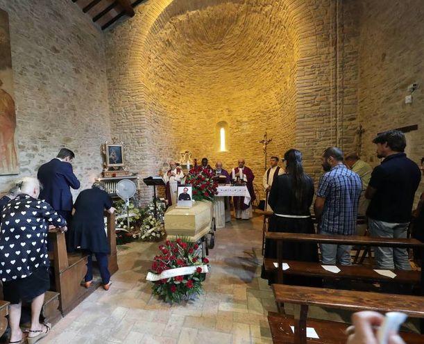 La chiesa di Ca' Mazzasette gremita di persone per i funerali di Giacomo, figlio dello stilista Piero Guidi (Fotoprint)