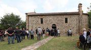 Tante persone sono rimaste fuori dalla chiesa (Fotoprint)