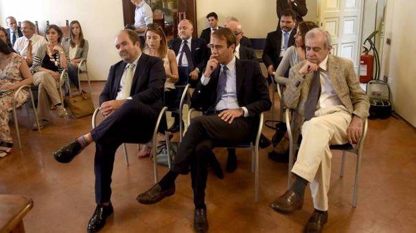 Al centro, il direttore di Carlino e Qn Andrea Cangini.A destra, il prefetto Michele Tortora