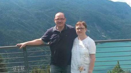 Cinzia Fazzini con il marito Paolo Lanzoni, foto dal profilo Fb della donna (Ansa)
