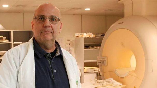 Un medico radiologo davanti ai suoi macchinari