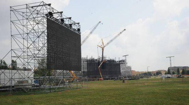 Il palco in fase di costruzione