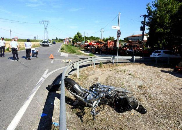 Pauroso incidente alle porte di Bizzuno. Deceduto un motociclista (Foto Scardovi)