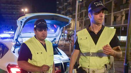 Gli agenti della polizia locale al lavoro durante la fascia serale