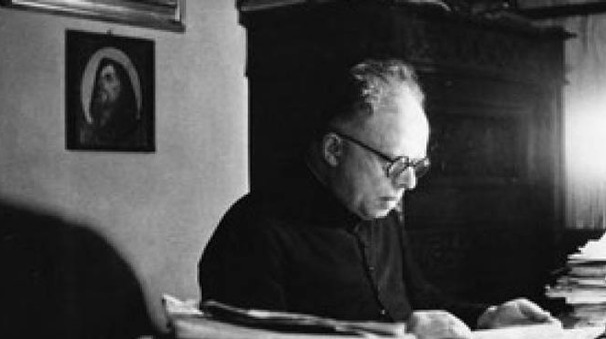 Don Primo Mazzolari al lavoro nel suo studio