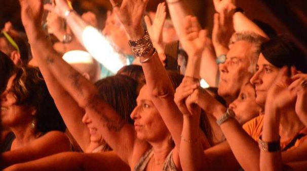 Il pubblico durante il concerto di Raf a Viareggio (Foto Umicini)