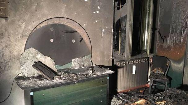 La camera da letto distrutta all'ultimo piano della palazzina di via Toti a Cesate