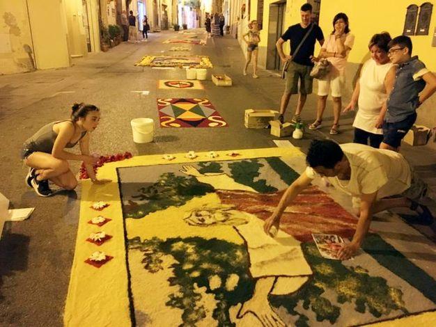 Un tappeto di fiori sule strade di Fucecchio (Foto Germogli)