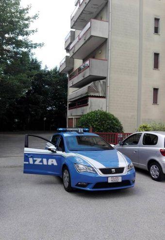 La polizia davanti all'edificio di Chirignago (Ansa)