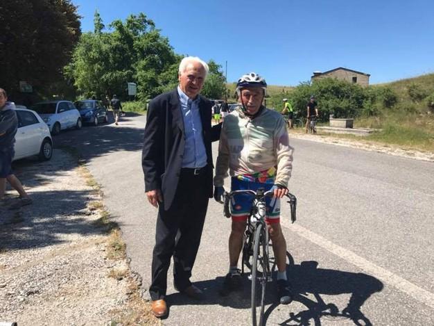 A sinistra Giancarlo Piolidori ex ciclista professionista ed unico marchigiano ad aver indossato la maglia gialla al Tour
