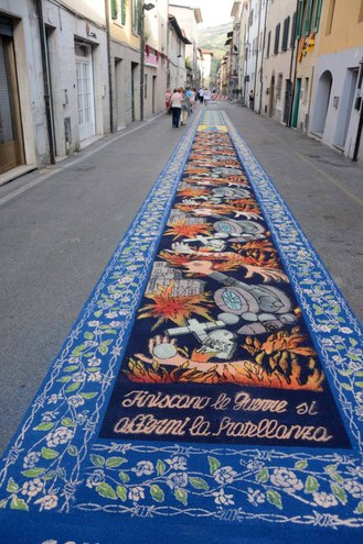 Camaiore, i tappeti di segatura: Scuola Media Pistelli (foto Aldo Umicini)