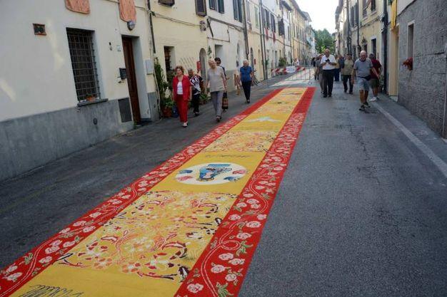 Camaiore, i tappeti di segatura: Amici della Pistelli (foto Aldo Umicini)