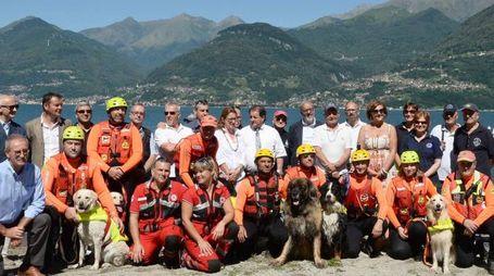 """Al progetto """"Lario sicuro"""" per vigilare sulla sicurezza dei bagnanti partecipano tanti gruppi di volontariato e enti pubblici Una vera squadra (foto Sandonini)"""