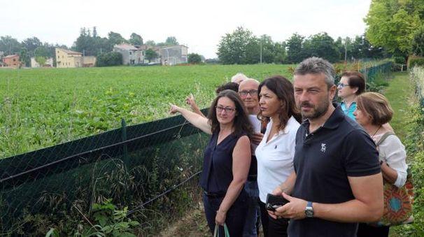 I residenti con Manes Bernardini mostrano un'area interessata dallo svincolo (Schicchi)