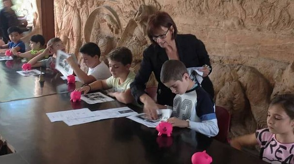 Un salvadanaio ai bambini invitandoli ad accantonare piccole somme di denaro
