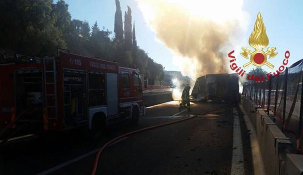 Il camion in fiamme sull'A1