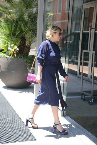 Emma Marrone, in abito sexy, rientra in albergo dopo la sfilata di Salvatore Ferragamo
