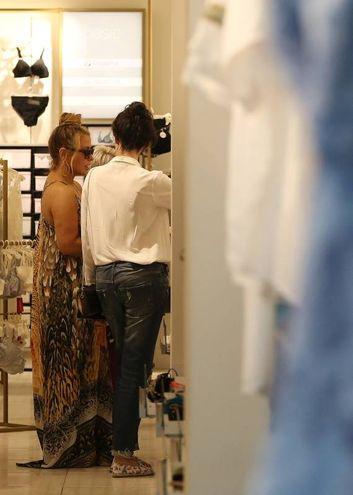 Anastacia sorpresa a fare shopping in un negozio di intimo