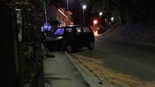 La Fiat Punto è finita contro il muretto di un'abitazione