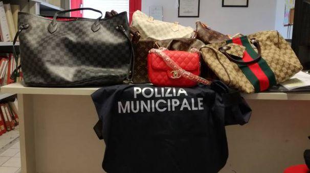 Alcune delle borse sequestrate