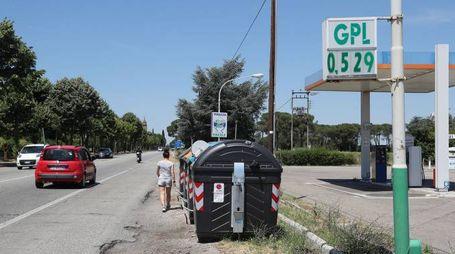 I cassonetti lungo la via Emilia