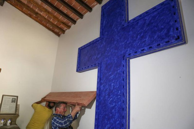 La croce dello scultore Antonio Di Palma torna nella cappellina del cimitero di Barbiana (Fotocronache Germogli)